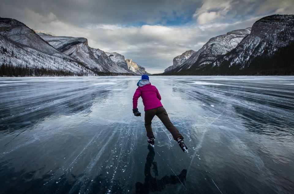 ice_skating_lake_minnewanka_2016_paul_zizka_1_horizontal-960x635