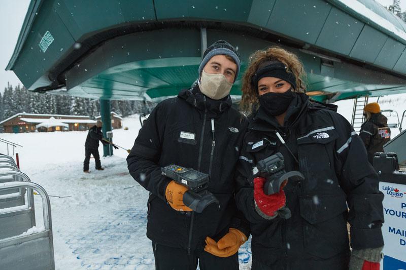Les employés des remontées mécaniques de la station de ski de Lake Louise, dans le parc national de Banff.